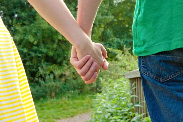手をつなぐふたり